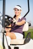 Golfspeler in golfkar Stock Afbeeldingen