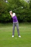 Golfspeler het medio ijzer backswing Royalty-vrije Stock Afbeeldingen