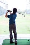 Golfspeler het praktizeren Royalty-vrije Stock Foto's