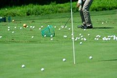 Golfspeler in het retro broek praktizeren Royalty-vrije Stock Afbeeldingen