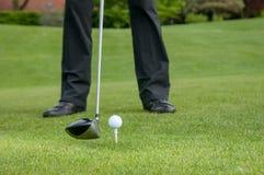Golfspeler het teeing weg op de golfcursus royalty-vrije stock fotografie