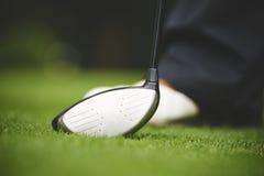 Golfspeler met een houten club wordt bevonden die Stock Afbeelding