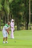 Golfspeler op golfcursus in Thailand Stock Afbeeldingen