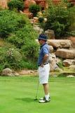 Golfspeler op green. stock fotografie