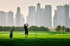 Golfspeler op het gebied stock foto