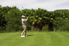 Golfspeler op het T-stuk. royalty-vrije stock afbeelding