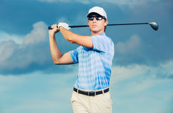 Golfspeler slingerende golfclub Stock Afbeelding