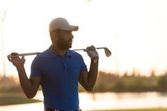 Golfspelerportret bij golfcursus op zonsondergang Stock Afbeeldingen
