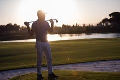 Golfspelerportret bij golfcursus op zonsondergang Stock Foto