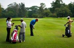 Golfspelers bij praktijk Stock Foto's