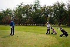 Golfspelers bij praktijk Royalty-vrije Stock Foto's