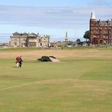 Golfspelers die St Andrews lopen Stock Foto's
