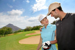 Golfspelers op golfcursus Stock Afbeelding