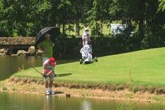 Golfspelers op golfcursus in Thailand Stock Foto