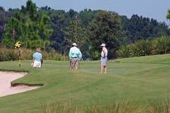 Golfspelers op groen Royalty-vrije Stock Foto's