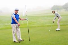 Golfspelpar på golfbanan Fotografering för Bildbyråer