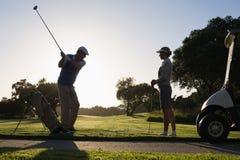 Golfspelpar som teeing av för dagen Arkivfoto