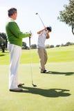 Golfspelvänner som teeing av Royaltyfri Fotografi
