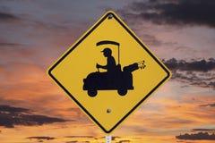 Golfspieler-Überfahrt-Zeichen mit Sonnenaufgang Lizenzfreie Stockfotos