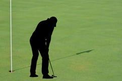Golfspieler auf dem Gelände Lizenzfreie Stockfotos