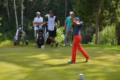 Golfspieler auf dem Kurs stockfotografie