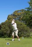 Golfspieler auf dem Stückkasten Stockbild