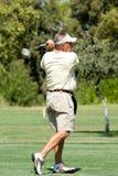 Golfspieler auf Fahrrinne lizenzfreies stockfoto