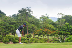 Golfspieler auf Golfplatz in Thailand Lizenzfreies Stockbild