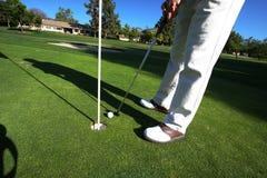 Golfspieler auf setzendem Grün Lizenzfreie Stockfotos