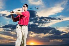 Golfspieler bei Sonnenuntergang Lizenzfreie Stockbilder