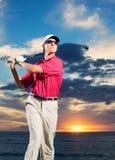 Golfspieler bei Sonnenuntergang Lizenzfreies Stockfoto