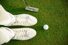 Golfspieler bereit zum Setzen des Balls Lizenzfreies Stockbild