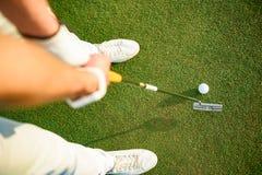 Golfspieler bereit zum Setzen des Balls Stockbilder