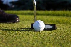 Golfspieler, der auf das Grün sich setzt Stockfotos