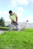 Golfspieler, der aus einem Sandfang heraus spielt Lizenzfreies Stockfoto