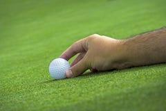 Golfspieler, der die Kugel platziert Lizenzfreie Stockfotografie