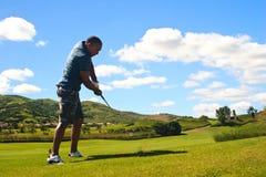 Golfspieler, der die Kugel schlägt stockfotografie