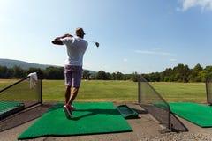 Golfspieler an der Driving-Range Stockbilder