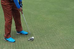 Golfspieler, der ein Golf schießend schlägt lizenzfreies stockbild