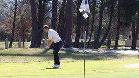 Golfspieler, der einen Chip schlägt stock footage