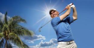 Golfspieler, der einen Golfball schießt Lizenzfreie Stockfotografie