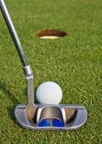 Golfspieler, der einen kurzen Schlag ausrichtet Stockbilder