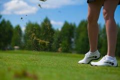 Golfspieler, der einen T-Stück Schuss schlägt lizenzfreie stockbilder
