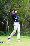 Golfspieler, der einen Treiber vom T-Stückkasten schlägt Stockfotos