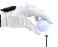 Golfspieler, der herauf einen Golfball abzweigt Stockbild