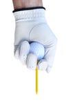 Golfspieler, der herauf einen Golfball abzweigt Lizenzfreie Stockbilder