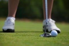 Golfspieler, der herein klopft lizenzfreie stockfotos