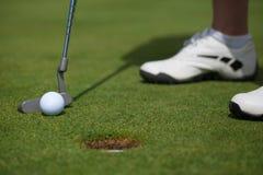Golfspieler, der herein klopft stockbild