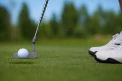 Golfspieler, der herein klopft lizenzfreie stockfotografie