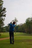 Golfspieler an der Praxis stockbild